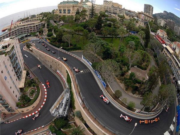 Гран-при Монако проходит по городским улицам, что тоже придает ей особую прелесть...