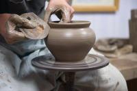 Все желающие могут не просто наблюдать за работой умельцев – ремесленников и мастеров, но перенять их опыт (Фото: Zoia Kostina, Shutterstock)