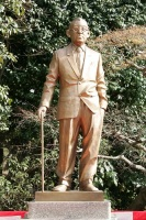 Памятник премьер-министру Японии Итиро Хатояме (Токио, Япония, 2007)
