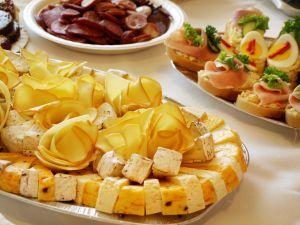 Сыр содержит триптофан, из которого синтезируется серотонин
