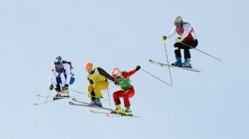 В ски-кроссе прыжки спортсменов напоминают полёт (Фото: РИА Новости)