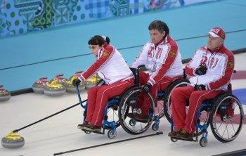 Вот так проходят соревнования по кёрлингу на колясках (Фото: photo-sochi2014.rsport.ru)