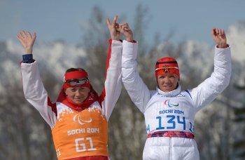 Елена Ремизова и ведущий Наталья Якимова (слева), завоевавшие золотые медали в гонке на дистанции 15 км (Фото: РИА Новости)