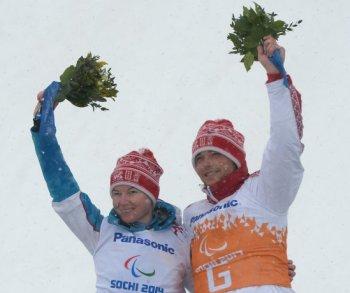 Александра Францева и ведущий Павел Заботин, завоевавшие золотые медали в слаломе в категории слабовидящие (Фото: РИА Новости)