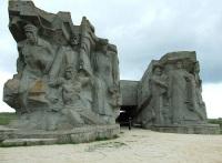 Двухпилонная композиция над музеем обороны Аджимушкайских каменоломен