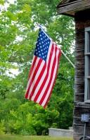 В этот день каждый год американцы украшают дома флагами (Фото: Julie Clopper, Shutterstock)
