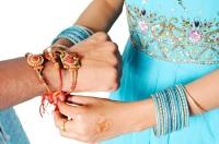Главный ритуал праздника состоит из завязывания освященного шнурка «ракхи» на запястье брата (Фото: Intellistudies, Shutterstock)
