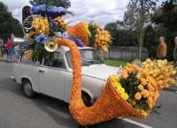 В день праздника все дома, заборы, машины украшаются букетами и гирляндами из живых цветов
