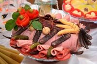 Главная традиция дня - на столе должна обязательно быть любимая колбаса - в большом количестве и разнообразных сортов... (Фото: Vahan Abrahamyan, Shutterstock)