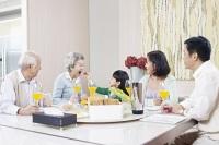День почитания пожилых людей становится объектом внимания родных и близких, детей и внуков (Фото: imtmphoto, Shutterstock)