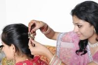 Девушки надевают нарядные сари и свои лучшие украшения, ходят друг к другу в гости, встречаются с родственниками (Фото: Intellistudies, Shutterstock)