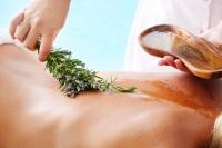 Оливковое масло также успешно применяется в медицине и парфюмерии (Фото: HannaMonika, Shutterstock)