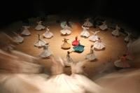 Танцоры кружатся и вокруг своей оси, и по периметру зала одновременно... (Фото: mehmetcan, Shutterstock)