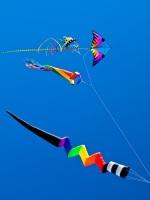 Парящие в небе бумажные змеи напоминают замысловатых птиц, устремляющихся в бескрайнее небо... (Фото: Frank L Junior, Shutterstock)