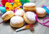 В магазинах и булочных в этот день продаются пончики с повидлом «Берлинер» (Фото: Alexander Raths, Shutterstock)