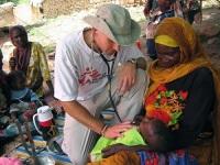 Каждый год около тысячи врачей от организации «Врачи без границ» помогают людям в разных странах (в том числе и в горячих точках) мира