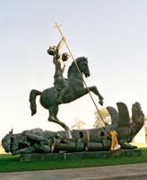 Скульптура, изображающая Святого Георгия Победоносца, поражающего дракона, создана с использованием фрагментов советской ракеты СС-20 и американской ядерной ракеты Pershing. (Фото: ООН, Милтон Грант)